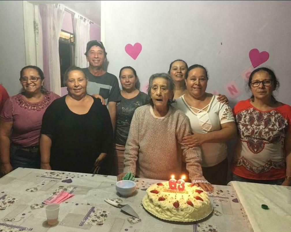 Família de Karin reunida em festa de aniversário