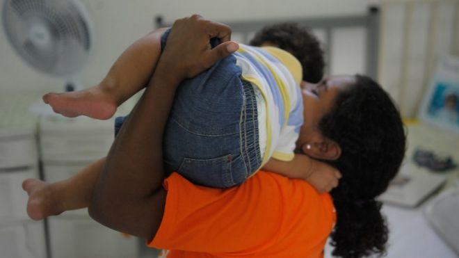 Mãe com filho no Complexo Penitenciário de Bangu