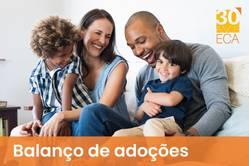 Casal, com dois meninos pequenos no colo, brincando e sorrindo, com a legenda balanço de adoções e o selo da campanha