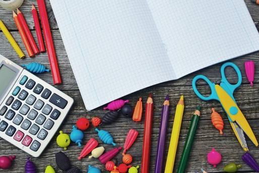 Calculadora e materiais escolares diversos